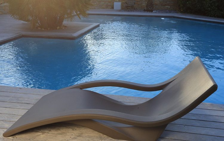 Mobilier id es piscine for Chaises longues piscines