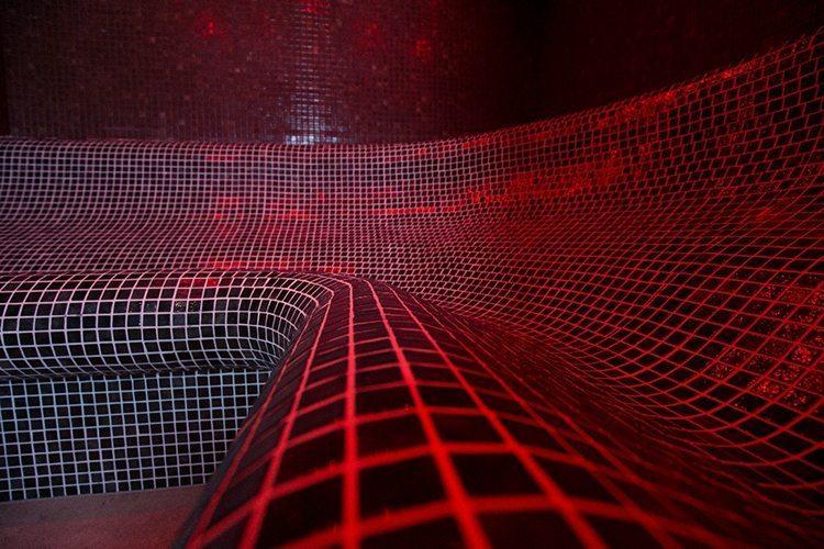 Hammam avec éclairage rouge