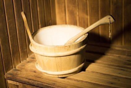 Seau et louche en bois pour le sauna