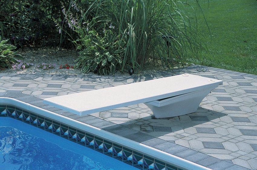 Les plongeoirs et toboggans id es piscine for Piscine plongeoir