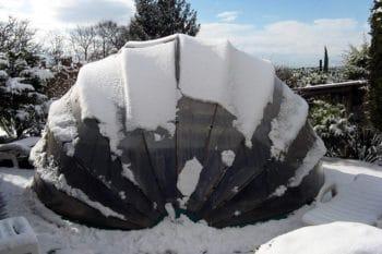 Abri de piscine hors-sol en toile recouvert de neige