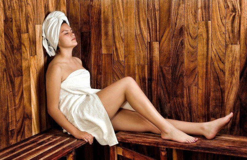 Femme dans sauna