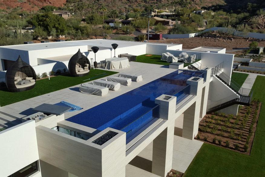 une piscine en hauteur