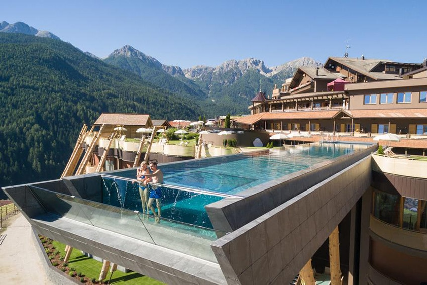 10 belles piscines parois de verre sur un ou plusieurs for Casino piscine hors sol