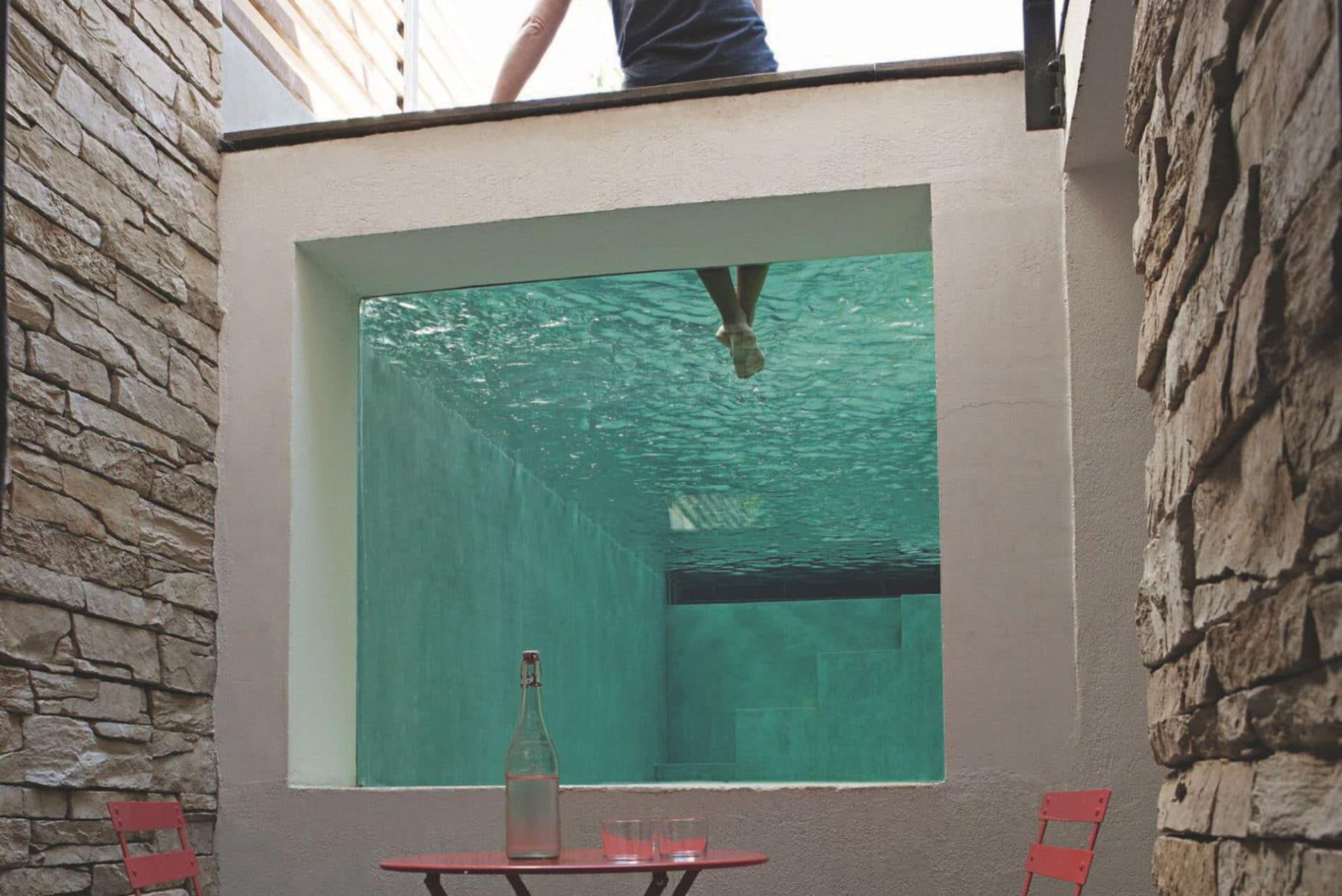 10 belles piscines parois de verre sur un ou plusieurs. Black Bedroom Furniture Sets. Home Design Ideas