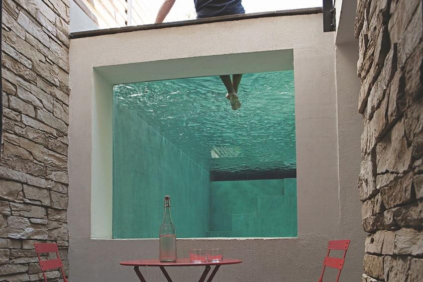 10 belles piscines parois de verre sur un ou plusieurs for Fenetre de toit terrasse