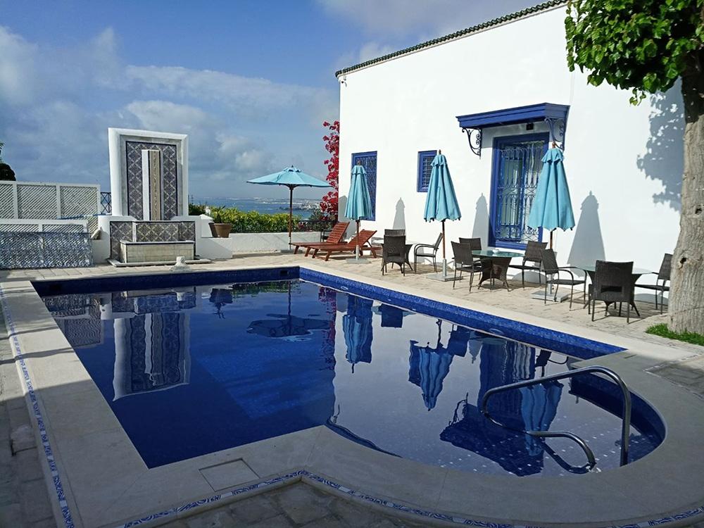 Rénovation d'une piscine avec une mosaïque d'émaux de verre par Reviglass