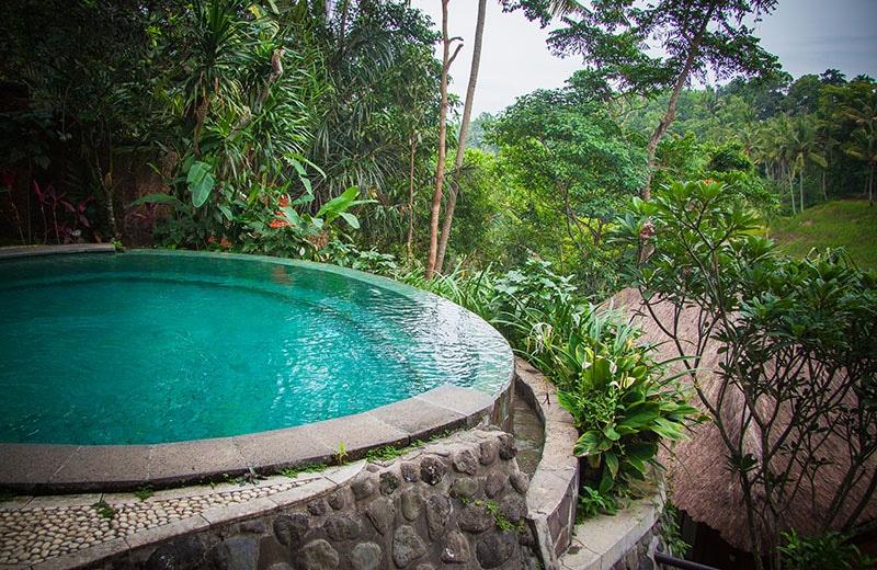 Piscine à débordement ronde à Bali