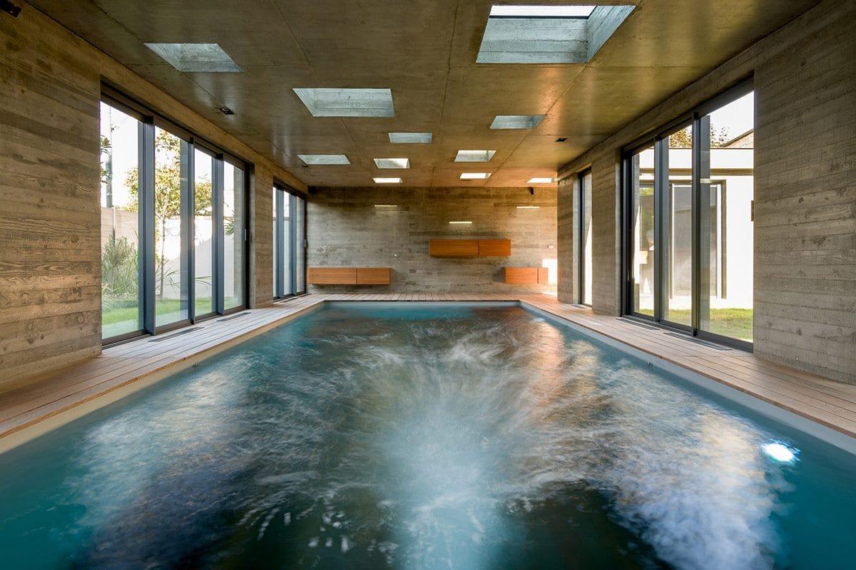 Nage à contre-courant dans piscine intérieure