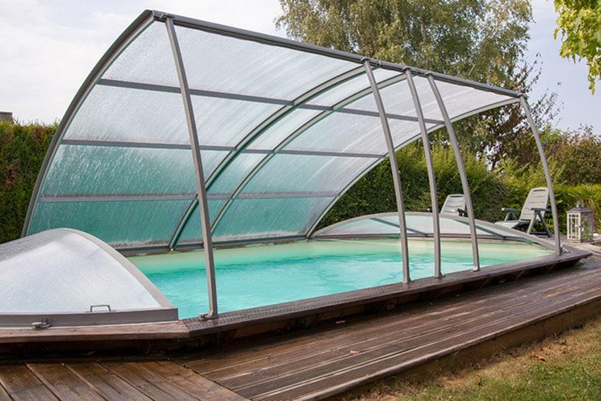 Abri pour piscine hors-sol en bois.