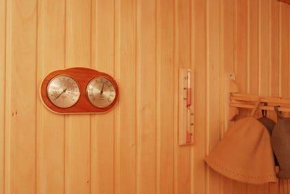 Thermomètre/hygromètre et sablier dans sauna