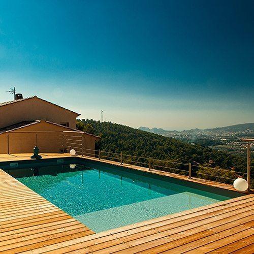 Bénéficier des derniers rayons du soleil est toujours un plus pour une implantation de piscine. Réalisation Bluewood.