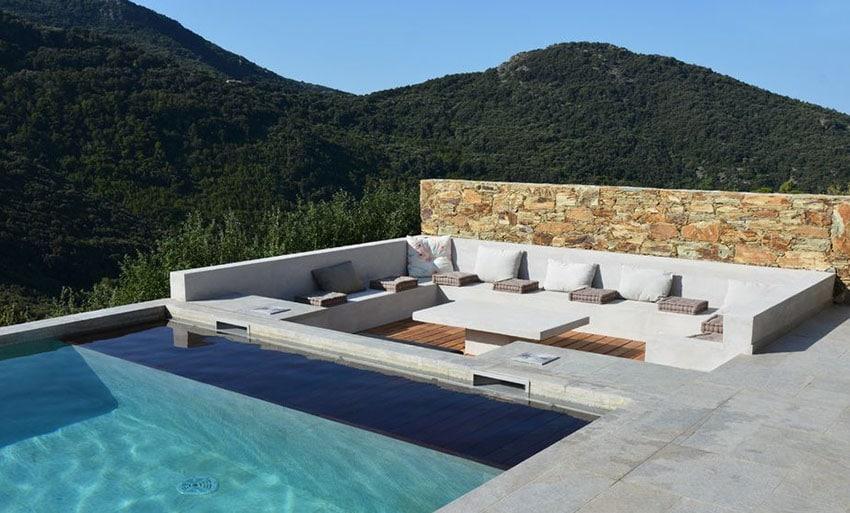 Mobilier en béton autour d'une piscine