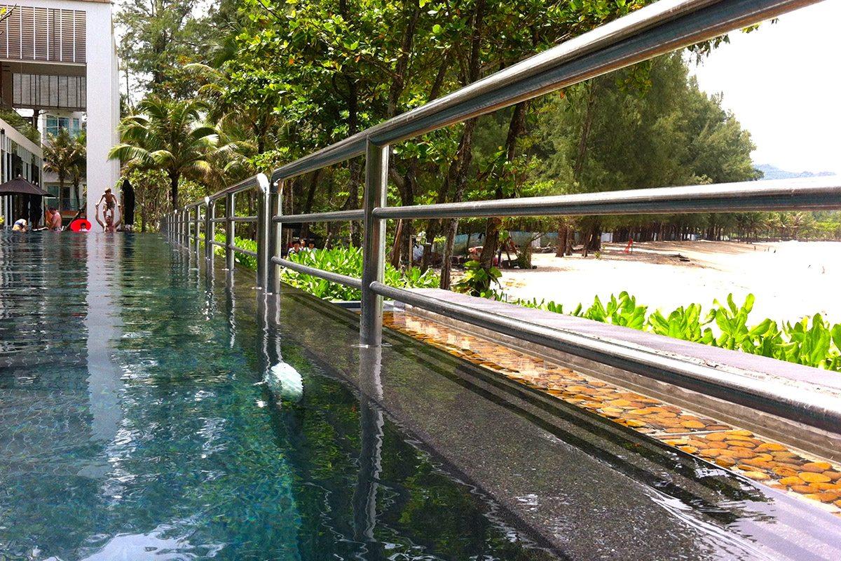 Une rambarde en inox sépare le petit bassin du grand et sécurise le mur de débordement.