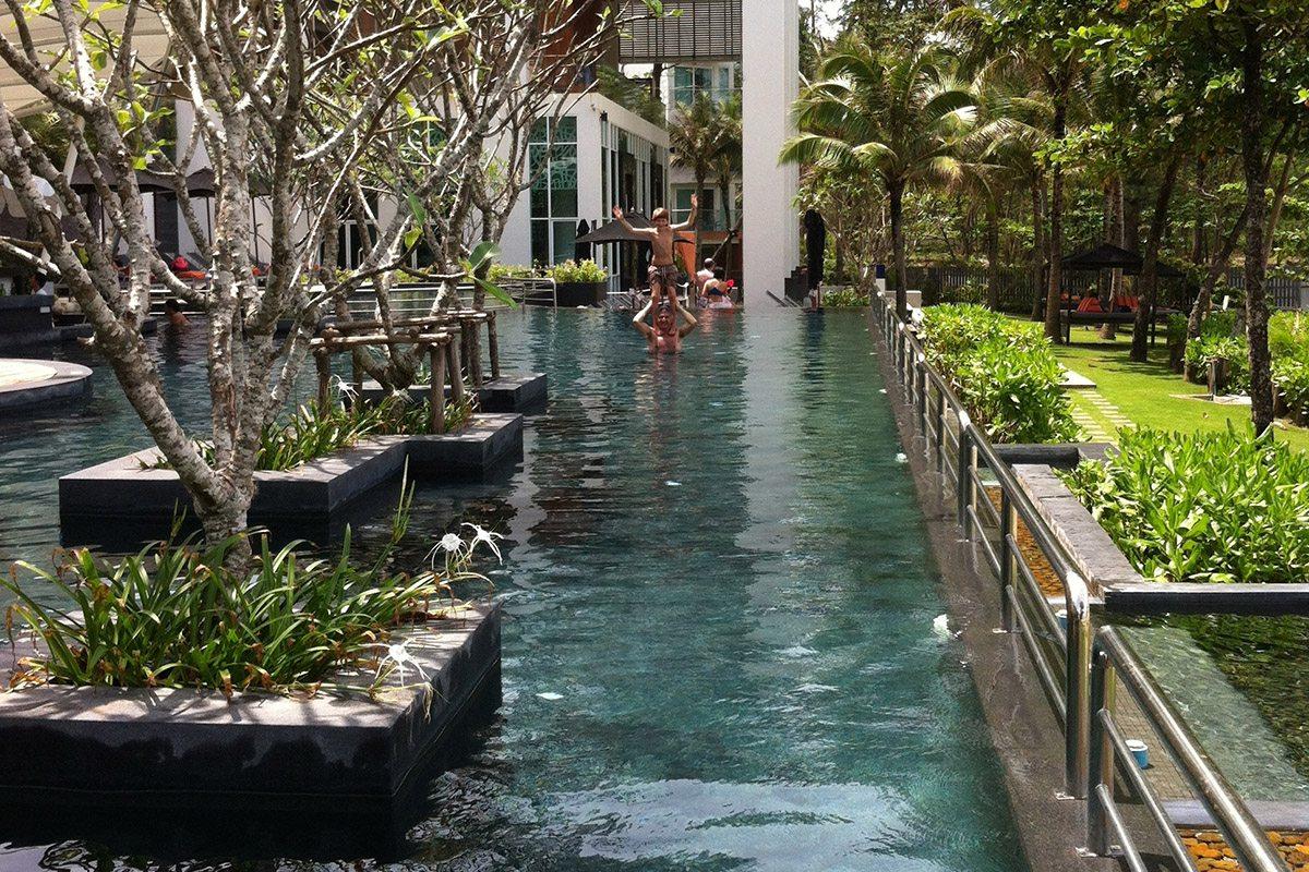 Des jardinières plantées d'arbres délimitent un couloir de nage.