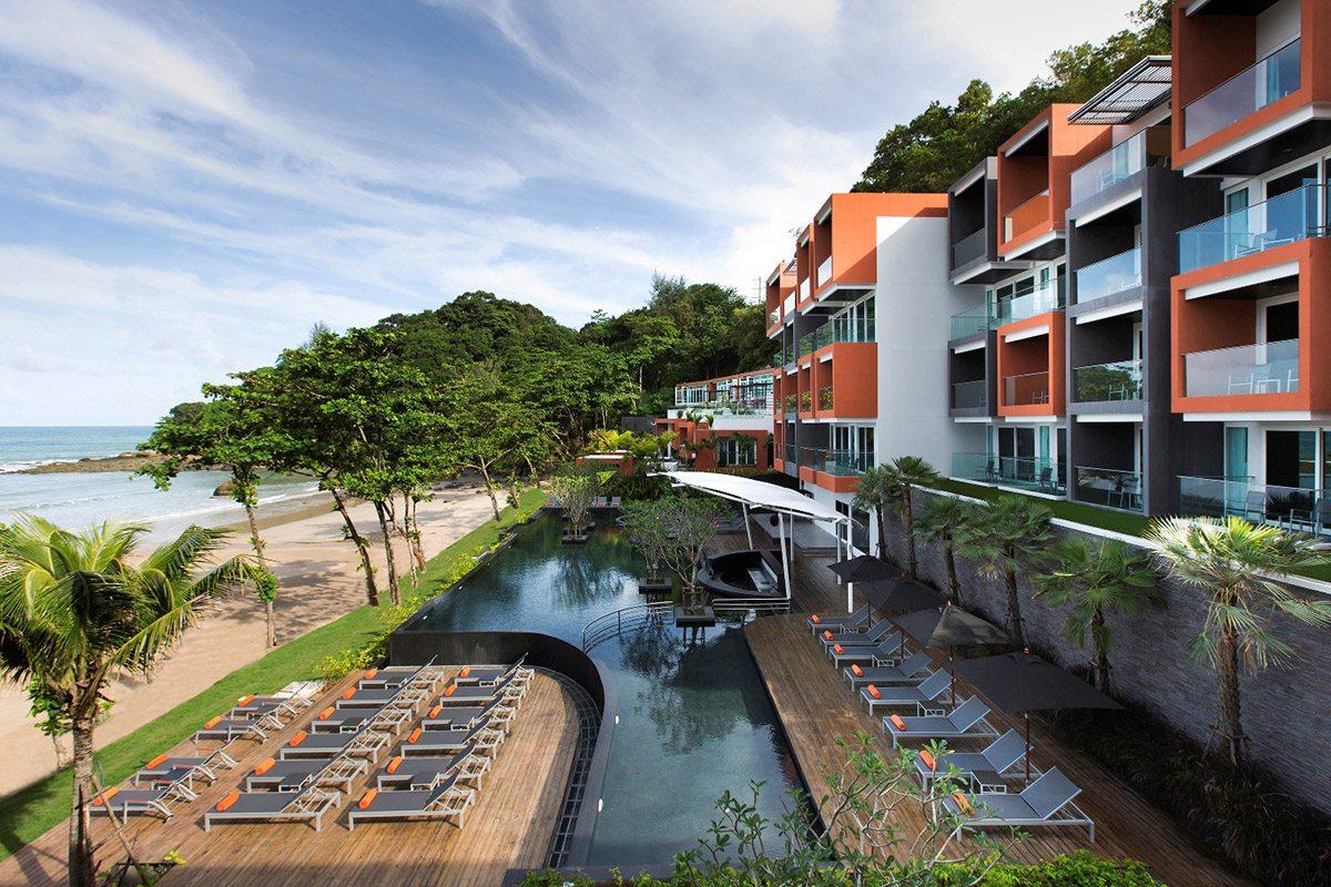 Dans ce très bel hôtel posé devant la plage, la piscine est la pièce maîtresse du jardin. Longue de près de 20 mètres, elle associe un mur de débordement droit avec trois côtés aux formes douces et arrondies