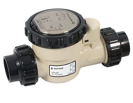 Installé dans le local technique, l'électrolyseur se charge de générer du chlore pour l'eau du bassin. Electrolyseur iChlor de Pentair.