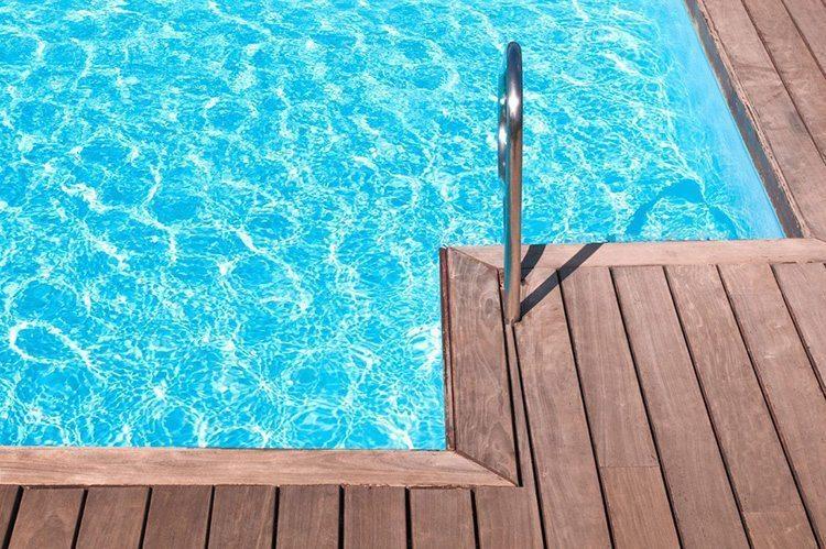 quel-traitement-quand-l-eau-de-la-piscine-devient-trouble-ou-verte_5518483-1.jpg