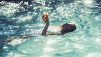 Boire un cocktail dans sa piscine