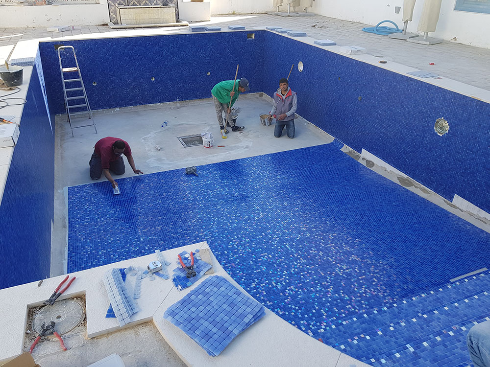 pose de mosaïque Reviglass dans la piscine de l'Hôtel Dar Saïd