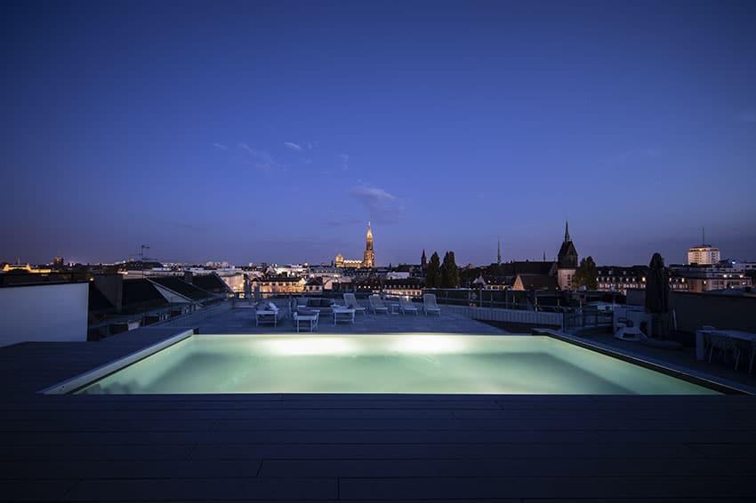 Piscine sur toit-terrasse de nuit