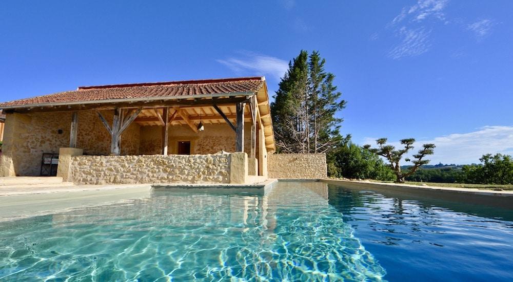 Le bleu vert délicat de l'eau se marie parfaitement avec la blondeur de la pierre de Dordogne.