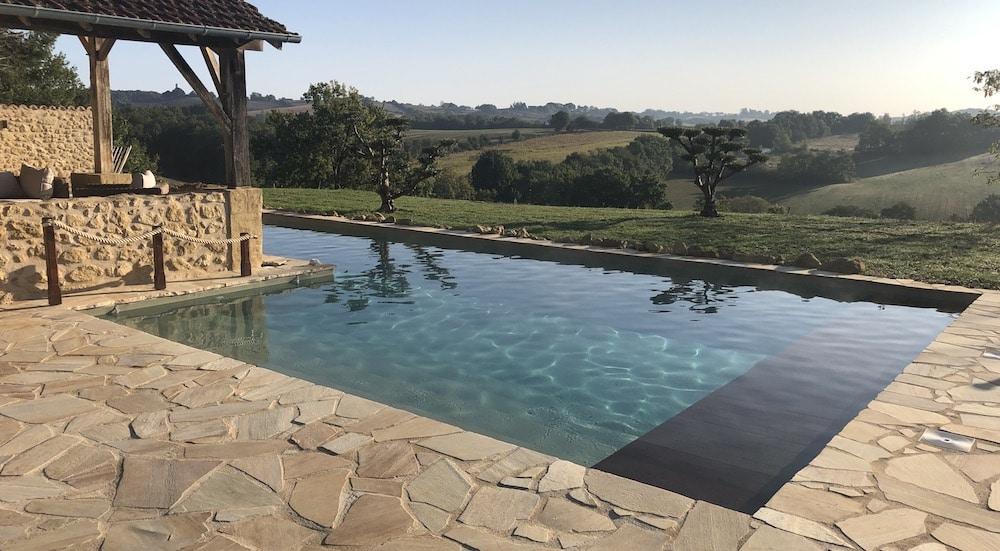 La pierre de Dordogne, posée en Opus incertum, intègre la piscine naturellement dans son magnifique environnement.