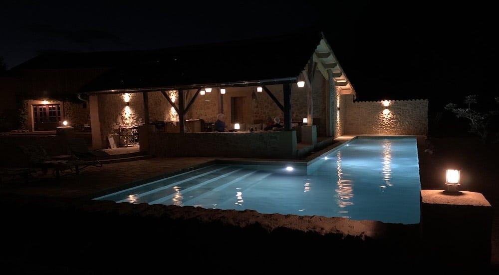 Trois spots Led suffisent à illuminer le bassin et mettre sa forme originale en valeur.