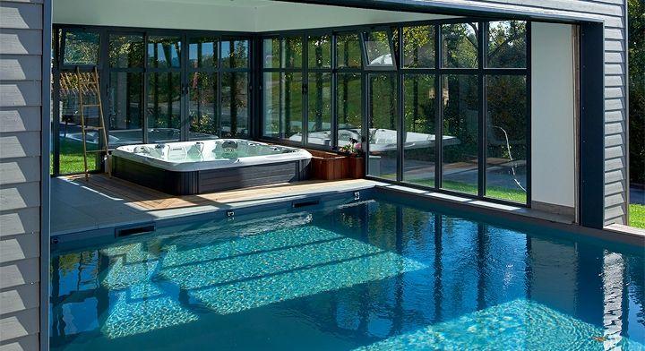 idees-piscine-piscine-interieure-exterieure-carre-bleu