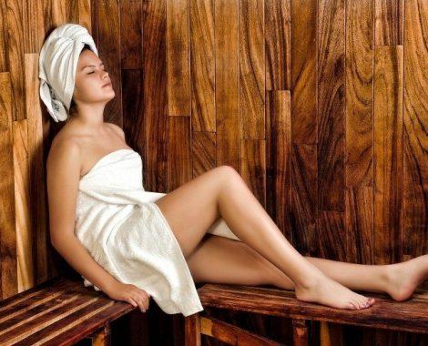 femme se relaxant dans sauna