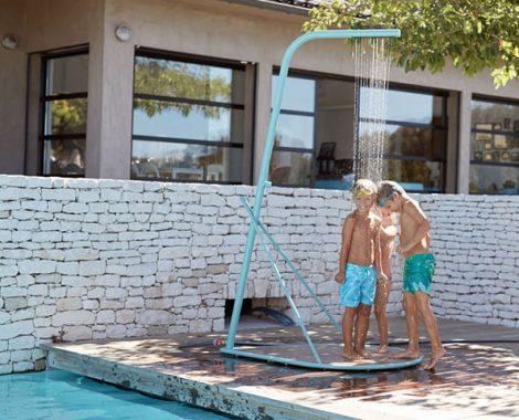 idees-piscine-douche-depiscine-pasaia-fermob.jpg