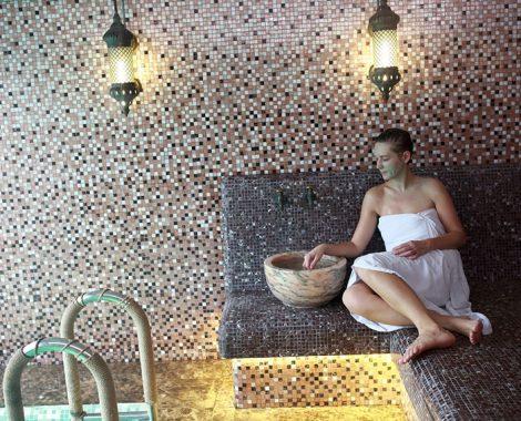 Femme se reposant dans un hammam